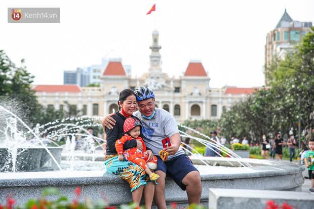 Phố đi bộ Nguyễn Huệ trước giờ Countdown 2021: Vẫn đang gấp rút chuẩn bị cho sân khấu, nhiều người đã đến xí chỗ đẹp - Ảnh 23.