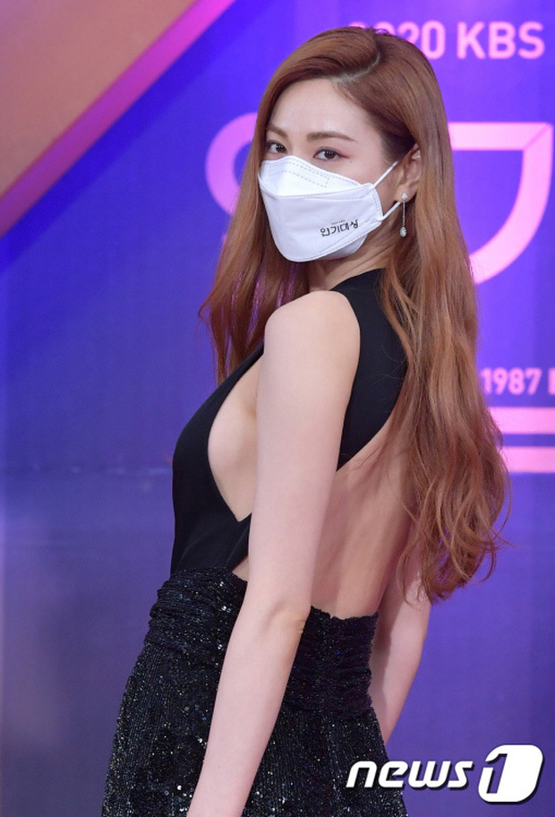 Thảm đỏ KBS Drama Awards 2020: Mỹ nhân đẹp nhất thế giới váy xẻ tận rốn khoe ngực đầy, dàn sao quá xôi thịt giữa trời rét hại - Ảnh 3.