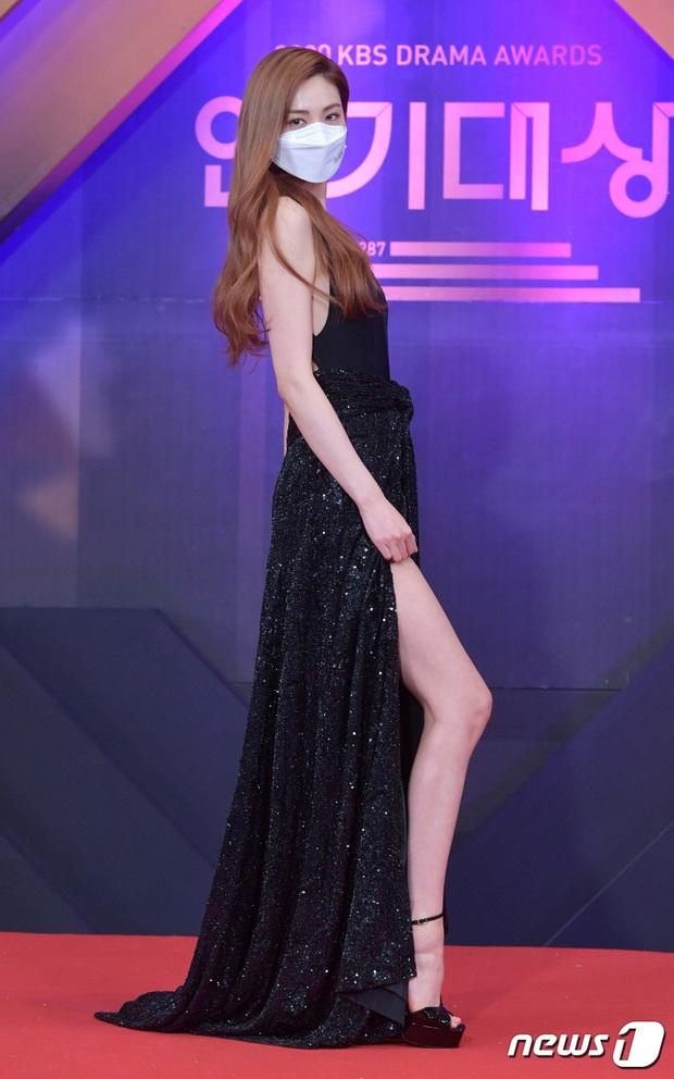 Thảm đỏ KBS Drama Awards 2020: Mỹ nhân đẹp nhất thế giới váy xẻ tận rốn khoe ngực đầy, dàn sao quá xôi thịt giữa trời rét hại - Ảnh 4.