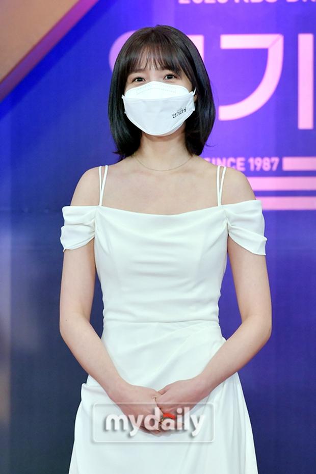 Thảm đỏ KBS Drama Awards 2020: Mỹ nhân đẹp nhất thế giới váy xẻ tận rốn khoe ngực đầy, dàn sao quá xôi thịt giữa trời rét hại - Ảnh 13.