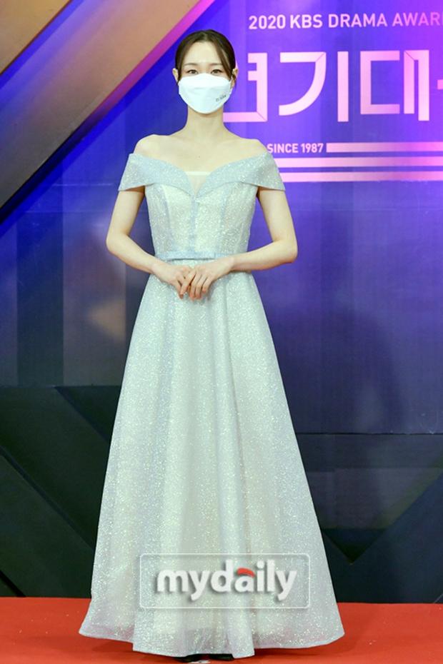 Thảm đỏ KBS Drama Awards 2020: Mỹ nhân đẹp nhất thế giới váy xẻ tận rốn khoe ngực đầy, dàn sao quá xôi thịt giữa trời rét hại - Ảnh 14.
