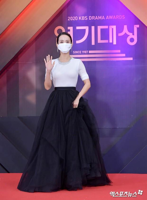 Thảm đỏ KBS Drama Awards 2020: Mỹ nhân đẹp nhất thế giới váy xẻ tận rốn khoe ngực đầy, dàn sao quá xôi thịt giữa trời rét hại - Ảnh 12.