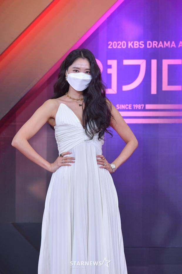 Thảm đỏ KBS Drama Awards 2020: Mỹ nhân đẹp nhất thế giới váy xẻ tận rốn khoe ngực đầy, dàn sao quá xôi thịt giữa trời rét hại - Ảnh 9.