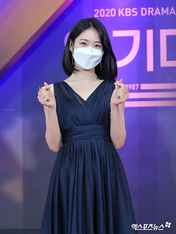Thảm đỏ KBS Drama Awards 2020: Mỹ nhân đẹp nhất thế giới váy xẻ tận rốn khoe ngực đầy, dàn sao quá xôi thịt giữa trời rét hại - Ảnh 6.