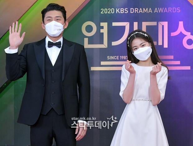 Thảm đỏ KBS Drama Awards 2020: Mỹ nhân đẹp nhất thế giới váy xẻ tận rốn khoe ngực đầy, dàn sao quá xôi thịt giữa trời rét hại - Ảnh 16.