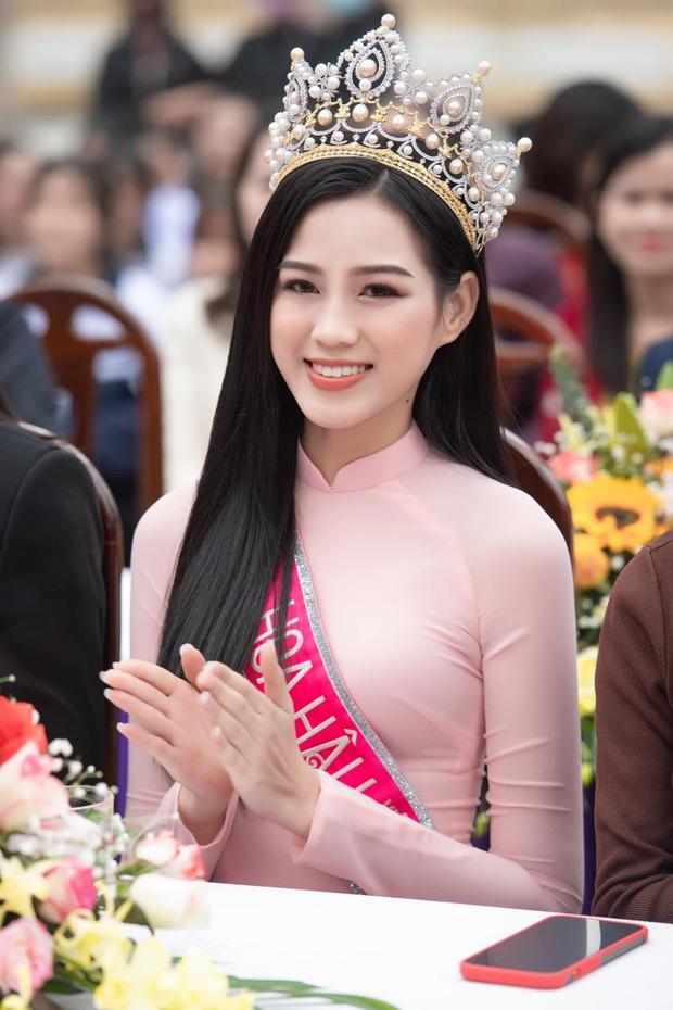 Hoa hậu Đỗ Hà lần đầu về thăm trường cấp 3, chỉ làm hành động nhỏ liền được khen giáo dục tốt - Ảnh 1.