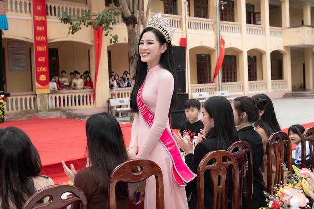 Hoa hậu Đỗ Hà lần đầu về lại trường cấp 3 sau đăng quang, lần này ghi điểm tuyệt đối chứ không còn ảnh gây hiểu lầm nào nữa rồi - Ảnh 2.