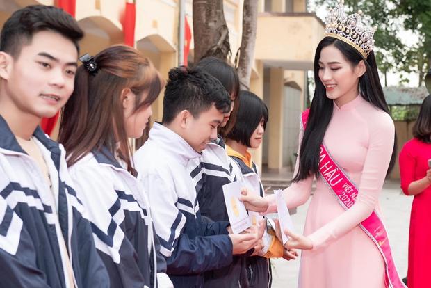 Hoa hậu Đỗ Hà lần đầu về lại trường cấp 3 sau đăng quang, lần này ghi điểm tuyệt đối chứ không còn ảnh gây hiểu lầm nào nữa rồi - Ảnh 3.