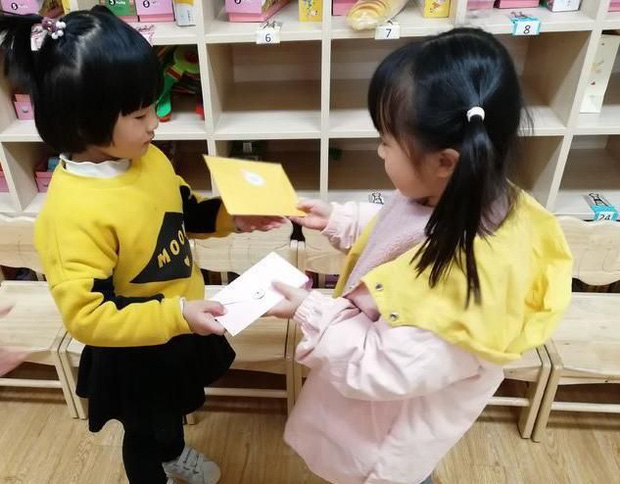Bỏ chục triệu mua đồ cho con chơi đổi quà trên lớp, bà mẹ giãy đành đạch vì chỉ nhận lại được con búp bê giấy - Ảnh 3.