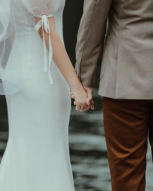 Primmy Trương nhá hàng ảnh cưới, zoom cận chiếc bụng phẳng lì giữa tin đồn mang thai - Ảnh 1.