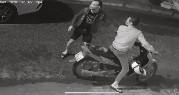 2 thanh niên ngáo đá đập phá hàng chục ô tô ở Đà Nẵng - Ảnh 1.
