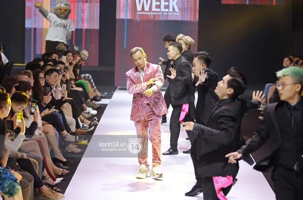 Bad boy ngọt ngào chính là Binz: mặc suit đặc chất Millennial Pink, chân đi mỗi bên một mẫu sneaker hot, rõ là nhắm gặp Châu nên mới bảnh vậy á! - Ảnh 5.