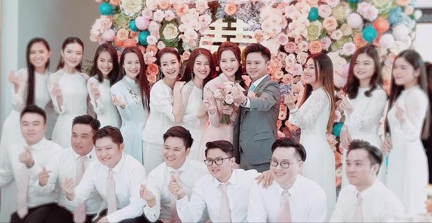 Phan Thành vẫn âm thầm đăng ảnh đám hỏi, ngoài đội hình full phù dâu - phù rể còn có cả MC Phí Linh - Ảnh 1.