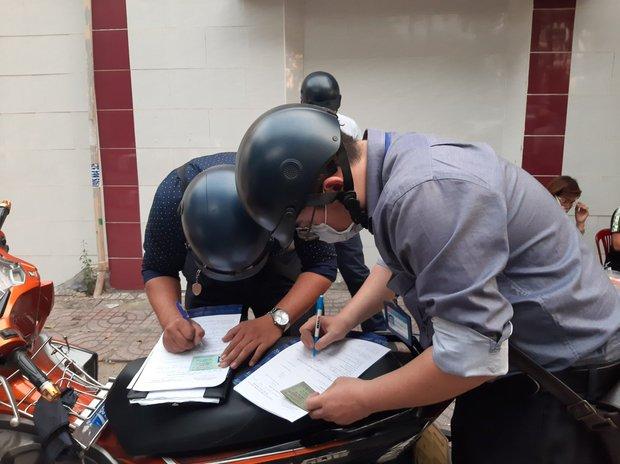 TP.HCM: Tụ tập nhậu ngoài vỉa hè không đeo khẩu trang, nhóm người bị xử phạt 6 triệu đồng - Ảnh 2.