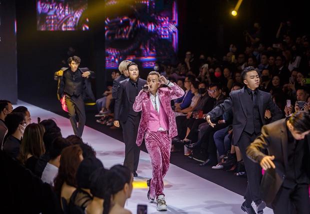 Binz cuối cùng đã chia sẻ về màn phát cẩu lương công khai đầu tiên với Châu Bùi tại Fashion Week: Nghe sao thấy lươn lẹo quá? - Ảnh 4.