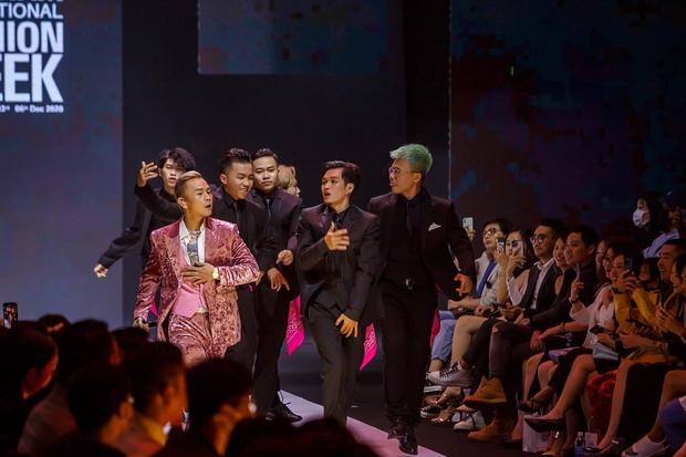 Binz cuối cùng đã chia sẻ về màn phát cẩu lương công khai đầu tiên với Châu Bùi tại Fashion Week: Nghe sao thấy lươn lẹo quá? - Ảnh 3.