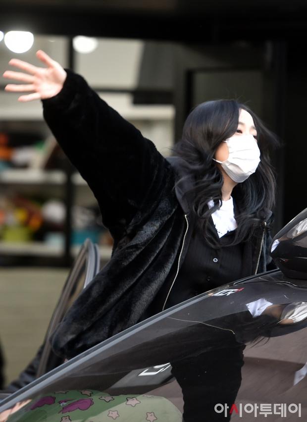 BLACKPINK gây náo loạn ngày đi làm: Lisa để tóc mới lấn át cả nữ thần Jisoo, Rosé lộ khuyết điểm kém lung linh - Ảnh 6.