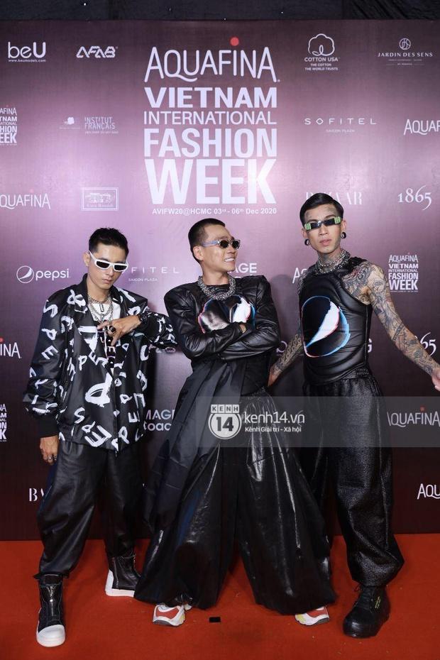 Karik, Wowy và team Rap Việt chiếm spotlight cực mạnh, chưa bằng Á hậu Phương Nga dắt... cún cưng lên thảm đỏ AVIFW ngày 2 - Ảnh 6.