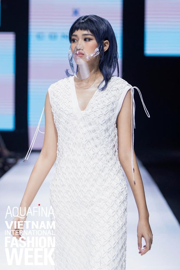 Dàn vedette toàn Hoa hậu khác tới nỗi không ai nhận ra, sốc nhất là visual của tân HH Đỗ Thị Hà trong show diễn mở màn cho AVIFW 2020 - Ảnh 3.