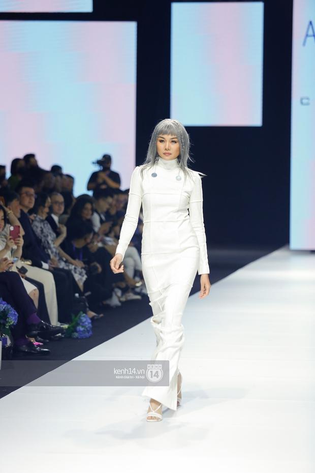 Dàn vedette toàn Hoa hậu khác tới nỗi không ai nhận ra, sốc nhất là visual của tân HH Đỗ Thị Hà trong show diễn mở màn cho AVIFW 2020 - Ảnh 15.
