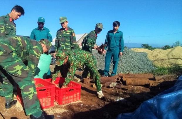 Đào móng xây nhà, tá hỏa phát hiện gần 1 tấn bom mìn  - Ảnh 2.