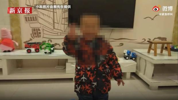 Con trai chết bất thường khi ngủ trưa, gia đình phẫn nộ tố cáo nhà trường, hình ảnh bất động của đứa bé được ghi lại gây chú ý - Ảnh 1.