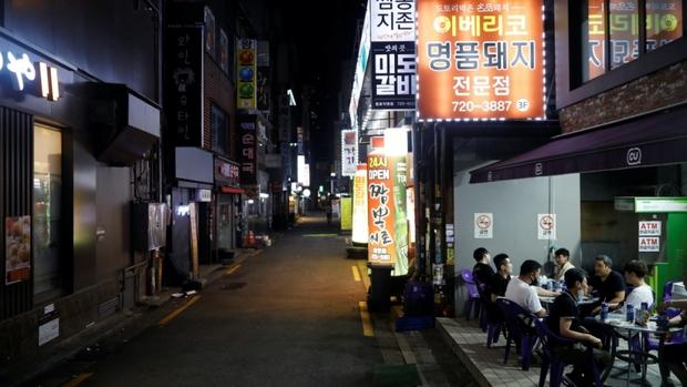 """Số ca Covid-19 mới tăng kỷ lục, thủ đô Seoul, Hàn Quốc """"tắt đèn"""" sau 21h - Ảnh 1."""