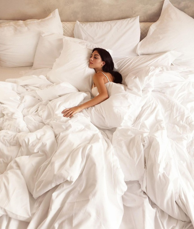 Bạn gái Ronaldo khoe trải nghiệm nằm trên chiếc giường trẻ mãi không già trị giá tiền tỷ: Cảm giác lâng lâng cứ như trên mây - Ảnh 1.