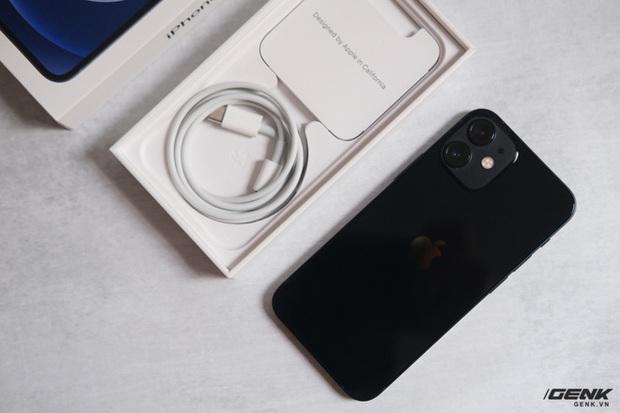Trên tay chiếc iPhone bị người Việt ghẻ lạnh năm nay: Nhỏ tẹo bằng bàn tay, dùng một tay thì sướng, hai tay thì... sượng - Ảnh 2.