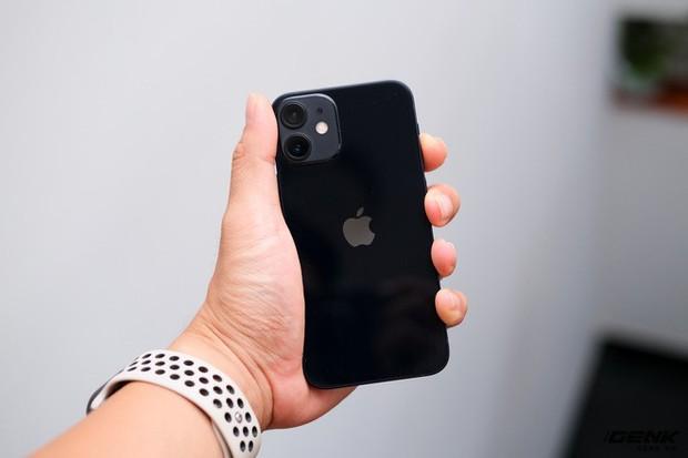 Trên tay chiếc iPhone bị người Việt ghẻ lạnh năm nay: Nhỏ tẹo bằng bàn tay, dùng một tay thì sướng, hai tay thì... sượng - Ảnh 3.