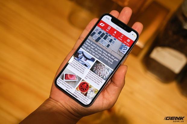 Trên tay chiếc iPhone bị người Việt ghẻ lạnh năm nay: Nhỏ tẹo bằng bàn tay, dùng một tay thì sướng, hai tay thì... sượng - Ảnh 4.