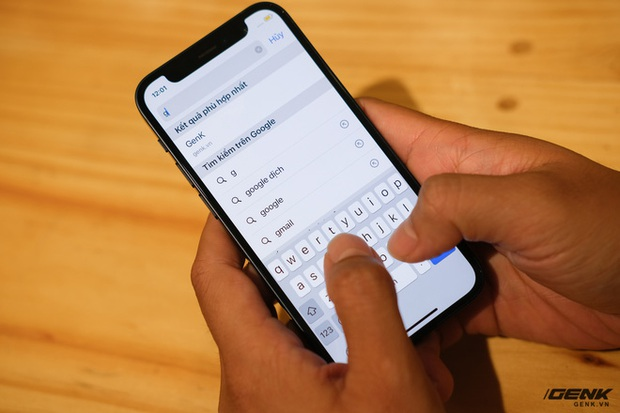 Trên tay chiếc iPhone bị người Việt ghẻ lạnh năm nay: Nhỏ tẹo bằng bàn tay, dùng một tay thì sướng, hai tay thì... sượng - Ảnh 5.