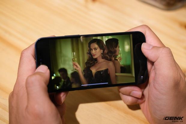 Trên tay chiếc iPhone bị người Việt ghẻ lạnh năm nay: Nhỏ tẹo bằng bàn tay, dùng một tay thì sướng, hai tay thì... sượng - Ảnh 6.
