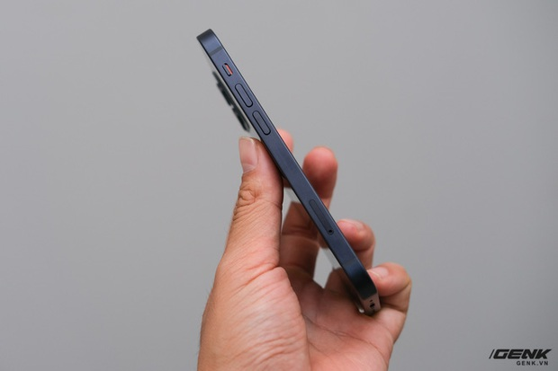 Trên tay chiếc iPhone bị người Việt ghẻ lạnh năm nay: Nhỏ tẹo bằng bàn tay, dùng một tay thì sướng, hai tay thì... sượng - Ảnh 9.