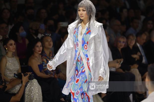 Dàn vedette toàn Hoa hậu khác tới nỗi không ai nhận ra, sốc nhất là visual của tân HH Đỗ Thị Hà trong show diễn mở màn cho AVIFW 2020 - Ảnh 6.