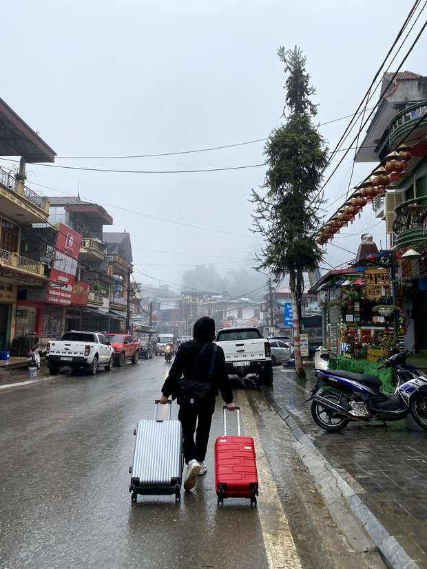 Ảnh, clip: Nhiệt độ giảm mạnh chỉ còn 8 độ C, thị trấn Sa Pa chìm trong sương mù, rét buốt - Ảnh 1.