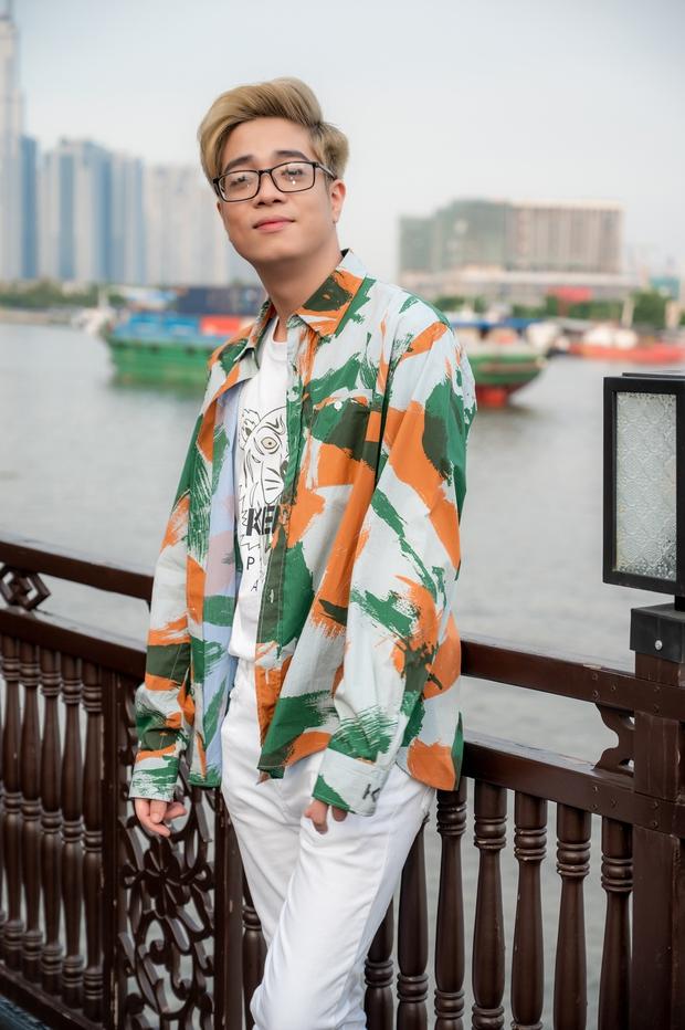 Bùi Anh Tuấn ngẫu hứng hát Acoustic trên du thuyền trong buổi ra mắt show thực tế mới - Ảnh 1.