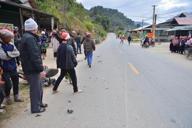 Yên Bái: Xe máy va chạm kinh hoàng với ô tô con, một người bị húc văng qua hàng rào nhập viện khẩn cấp - Ảnh 1.