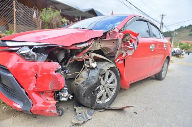 Yên Bái: Xe máy va chạm kinh hoàng với ô tô con, một người bị húc văng qua hàng rào nhập viện khẩn cấp - Ảnh 4.
