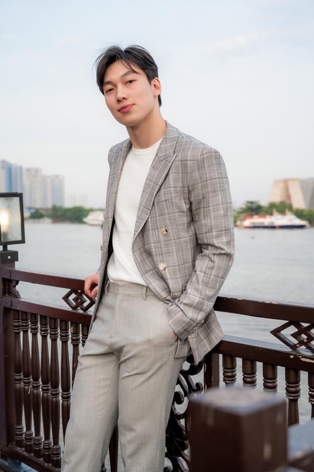 Bùi Anh Tuấn ngẫu hứng hát Acoustic trên du thuyền trong buổi ra mắt show thực tế mới - Ảnh 10.