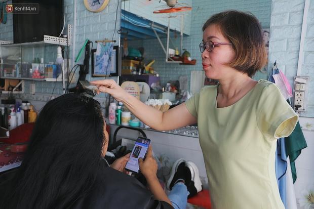 Chuyện về người phụ nữ cắt tóc 1 tay ở Sài Gòn: Chồng chị bỏ rồi nên có mệt mấy vẫn cố gắng làm vì 2 đứa con - Ảnh 2.