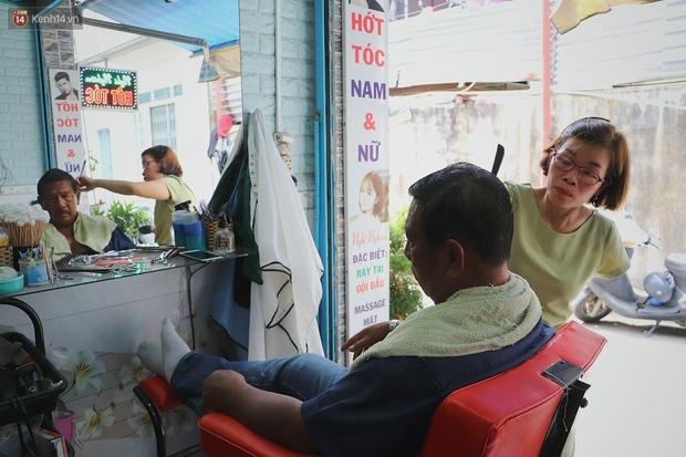 Chuyện về người phụ nữ cắt tóc 1 tay ở Sài Gòn: Chồng chị bỏ rồi nên có mệt mấy vẫn cố gắng làm vì 2 đứa con - Ảnh 10.