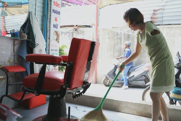 Chuyện về người phụ nữ cắt tóc 1 tay ở Sài Gòn: Chồng chị bỏ rồi nên có mệt mấy vẫn cố gắng làm vì 2 đứa con - Ảnh 6.