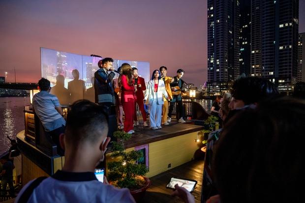 Bùi Anh Tuấn ngẫu hứng hát Acoustic trên du thuyền trong buổi ra mắt show thực tế mới - Ảnh 4.
