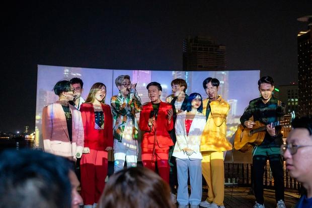 Bùi Anh Tuấn ngẫu hứng hát Acoustic trên du thuyền trong buổi ra mắt show thực tế mới - Ảnh 5.