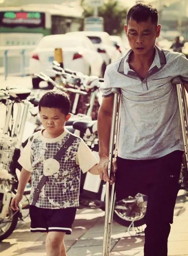 Cậu bé đổi đời sau một đêm nhờ danh hiệu Tiểu Jack Ma nhưng lại lần nữa rơi vào cảnh loay hoay, khổ sở vì phạm phải sai lầm của đa số người nghèo  - Ảnh 1.