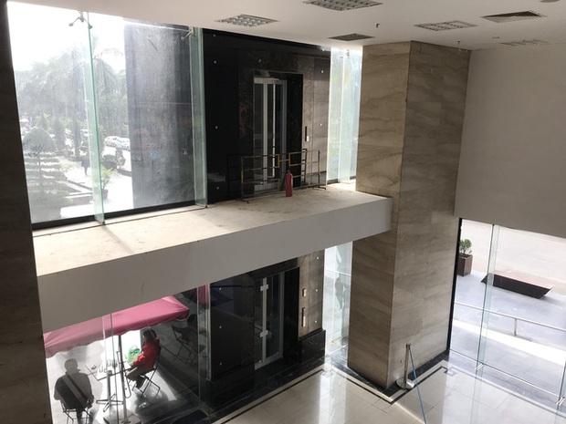 """Vụ người đàn ông rơi từ tầng 2 thang máy chung cư xuống đất ở Hà Nội: """"Thang do chủ đầu tư lắp đặt thêm, sai thiết kế và vận hành chui"""" - Ảnh 2."""