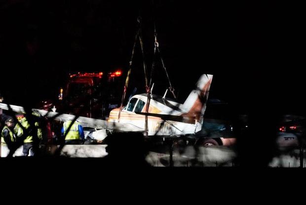 Mỹ: Hạ cánh khẩn cấp trên đường cao tốc ở Minnesota, máy bay đâm vào ô tô - Ảnh 2.