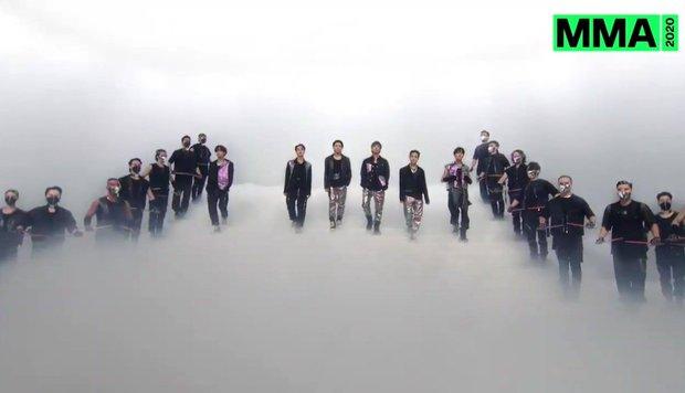 BTS tái hiện 1 năm thành công vang dội với 4 bài hit tại MMA 2020, fan tiếc vì đội hình thiếu SUGA và không có thêm 1 sân khấu huyền thoại - Ảnh 2.