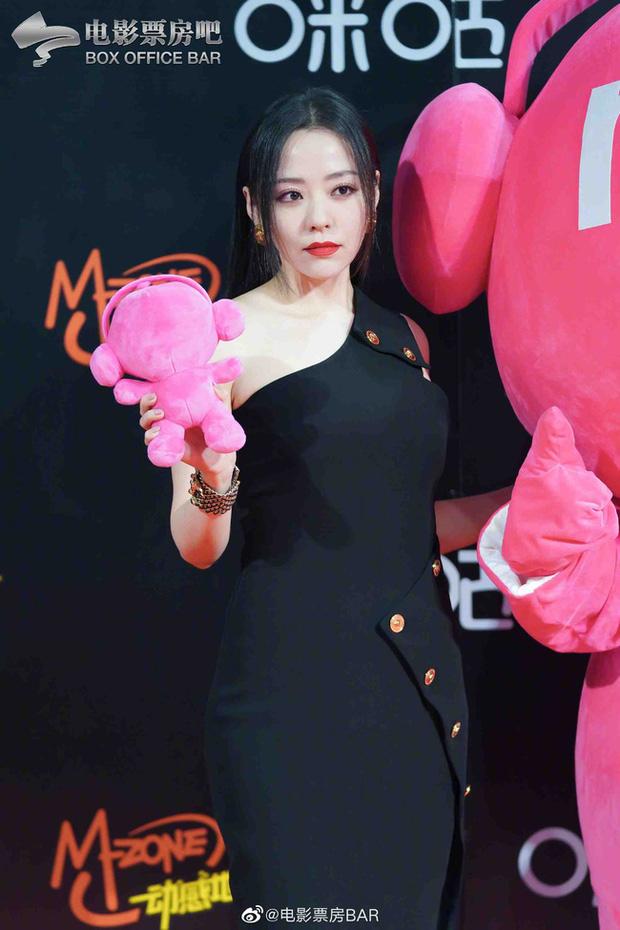 Dàn sao Hoa ngữ đổ bộ thảm đỏ Migu Music Awards 2020: Tình tin đồn của Lisa Thái Từ Khôn chiếm trọn spotlight nhờ mái tóc bạch kim thần thánh - Ảnh 3.
